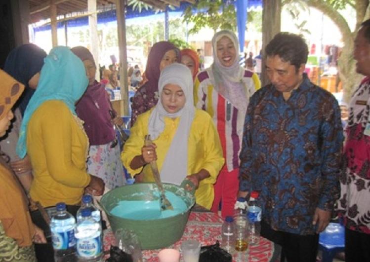 Pelatihan produksi sabun kepada masyarakat desa (dok. kemendagri.go.id)