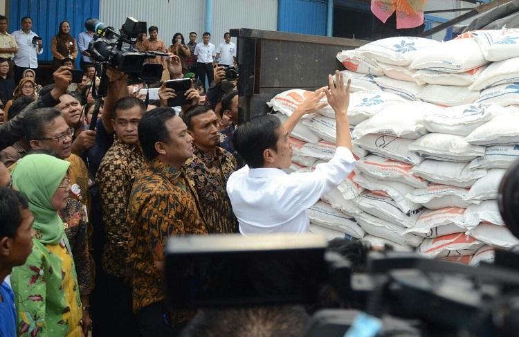 Presiden Joko Widodo meninjau penyaluran beras miskin (dok. setkab.go.id)