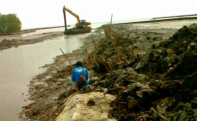 Proses pembangunan turap kanal air menuju tambak (dok. p3uw lampung)