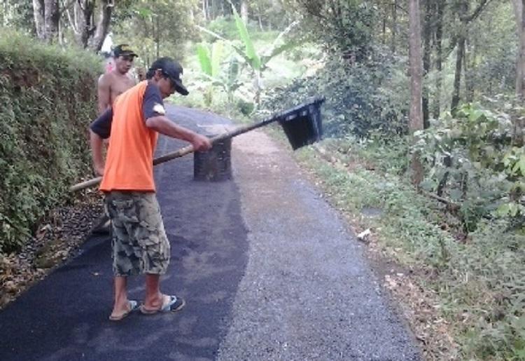 Masyarakat membangun jalan desa. Pemerintah klaim dana desa sumbang 0,5 persen pertumbuhan ekonomi (dok. batangkab.go.id)