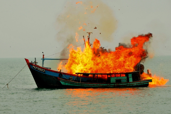 Aparat KKP dan TNI AL menenggelamkan kapal asing pencuri ikan (dok. kkp.go.id)
