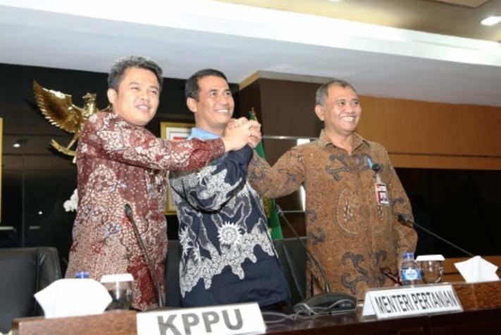 Menteri Pertanian Amran Sulaiman menandatangani MoU dengan KPK dan KPPU (dok. pertanian.go.id)