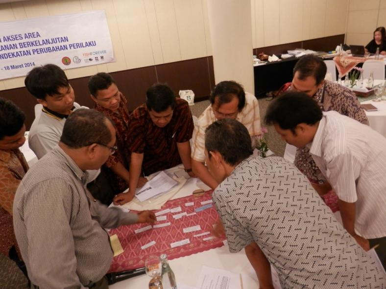Peserta Lokakarya PAAP sibuk kerja kelompok menyusun tata waktu proses seleksi program (dok. rare.org)