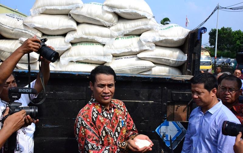 Menteri Pertanian Amran Sulaiman mengecek operasi pasar beras di Cipinang (dok. pertanian.go.id)