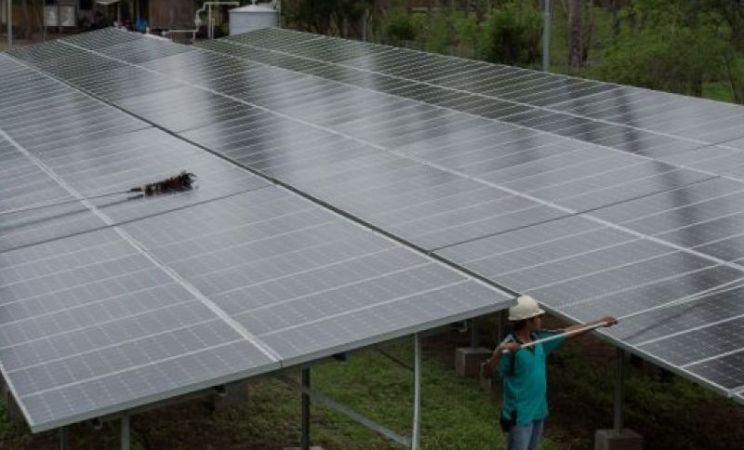 Pekerja mengecek instalasi panel surya. Pemerintah janji permudah investasi energi terbarukan (dok. bumn.go.id)