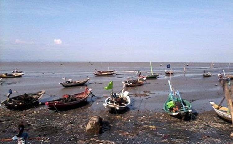 Perahu nelayan ditambat di pinggit pantai (dok. kiara)