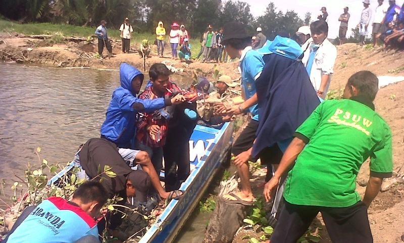Para petambak Dipasena menyiapkan bibit magrove untuk ditanam (dok. p3uw lampung)