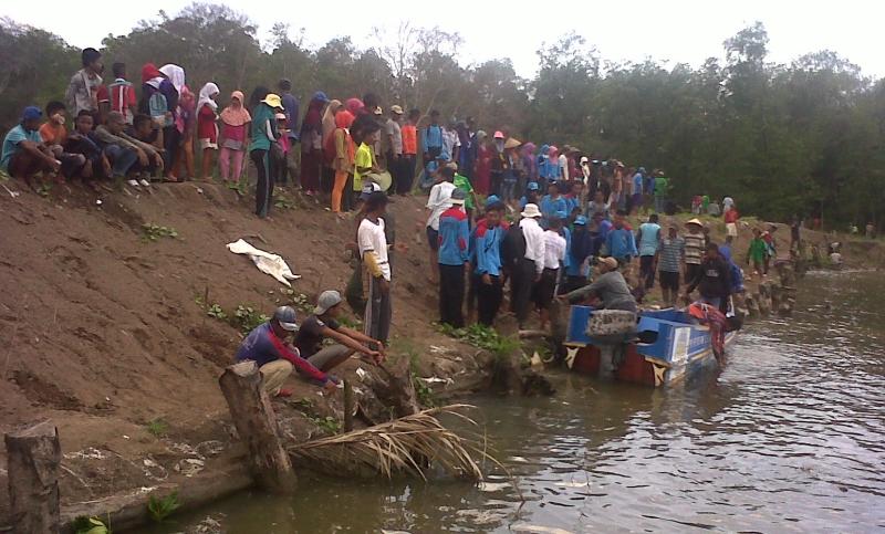 Petambak Dipasena bahu membah menanam 10.000 bibit mangrove (dok. p3uw lampung)