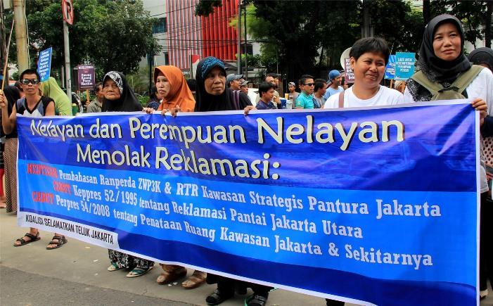 Aksi perempuan nelayan menentang proyek reklamasi (dok. solidaritas perempuan)
