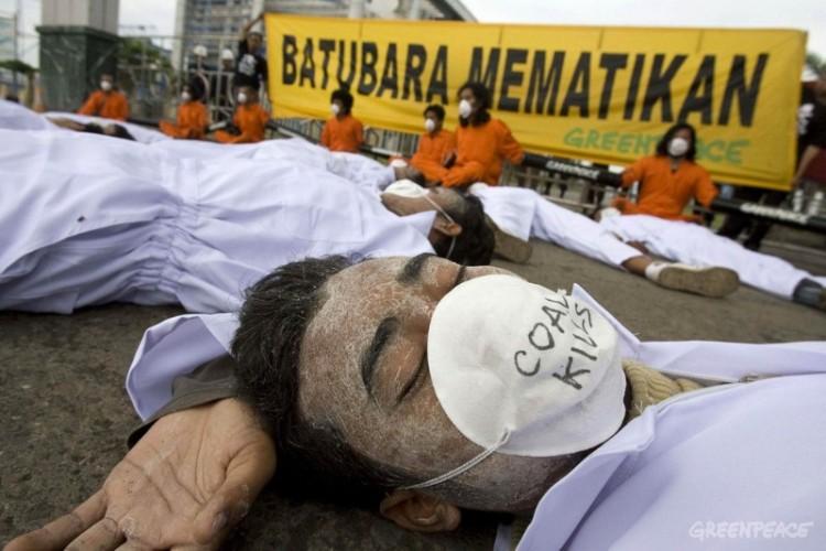 Aksi aktivis Greenpeace menentang penggunaan energi batubara yang dinilai sebagai energi kotor (dok. greenpeace)