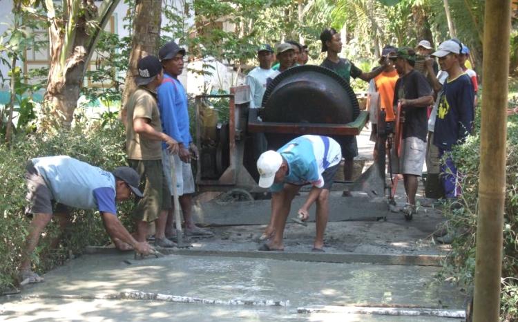 Pembangunan infrastruktur jalan desa menggunakan dana desa (dok. bantulkab.go.id)