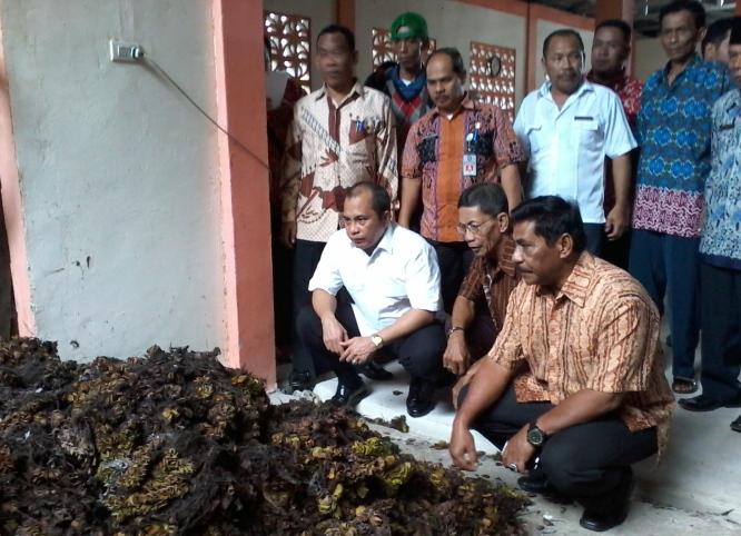 Menteri Desa PDTT Marwan Jafar meninjau instalasi pengolahan limbah yang dibangun dengan dana desa (dok. kemendesa.go.id)