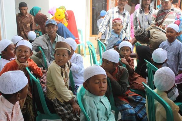 Acara khitanan massal yang menjadi bagian peringatan tragedi Maret petambak Dipasena (dok. p3uw lampung)