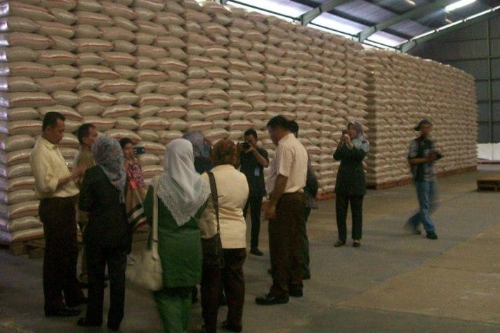 Beras di gudang bulog. Bulog diminta diperkuat sebagai badan ketahanan pangan (dok. jabarprov.go.id)