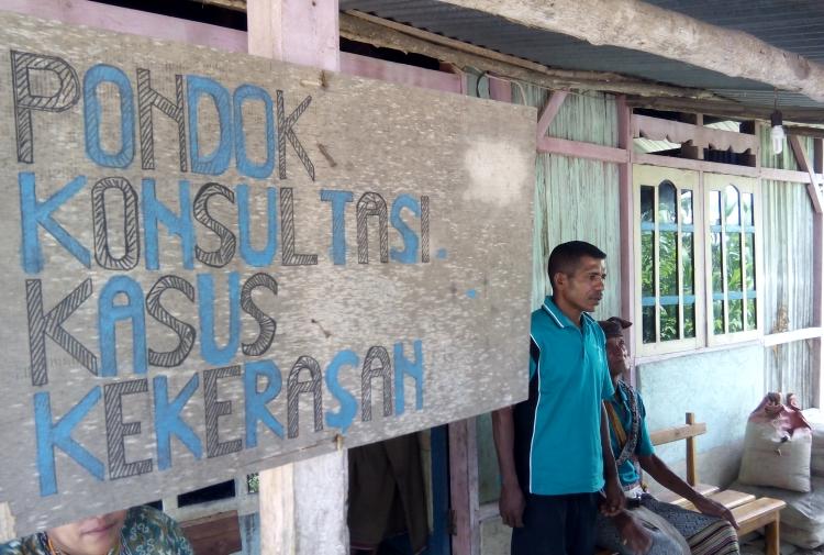 Kanisius Nino, pendeta yang menjadi ketua kelompok paralegal Desa Kuanek, TTU, Nusa Tenggara Timur (dok. villagerspost.com)