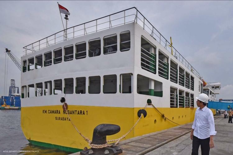 Presiden Jokowi meninjau kapal ternak KM Camara 1 yang menjadi bagian dari program tol laut (dok. ksp.go.id)