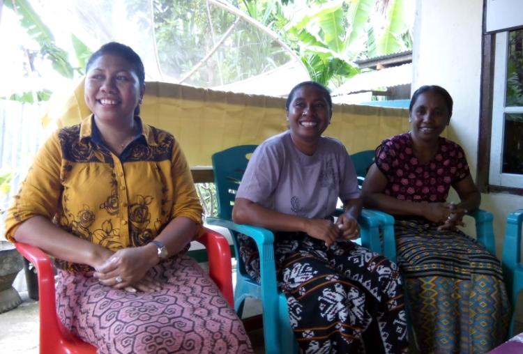 Mak Santre (paling kiri) bersama dua koleganya sesama paralegal di Kabupaten Timor Tengah Utara, Maria Detilda (tengah) dan Venidora Naisabatu (dok. villagerspost.com)