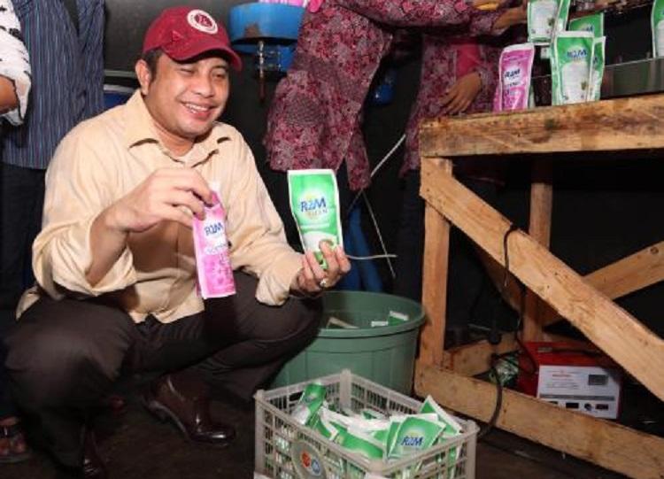 Menteri Desa PDTT Marwan Jafar mengagumi produk hasul Usaha Bersama Komunitas Desa Sukaratu, Serang, Banten (dok. kemendesa.go.id)