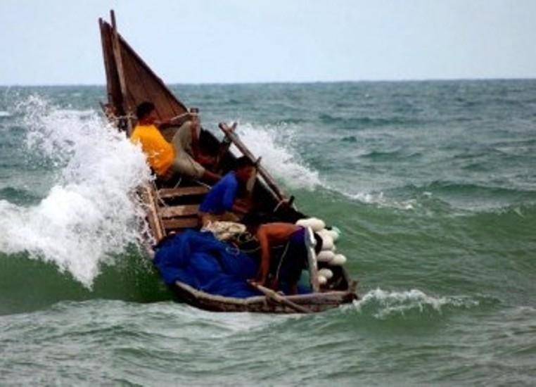Nelayan melaut di tengah cuaca buruk (dok. knti)