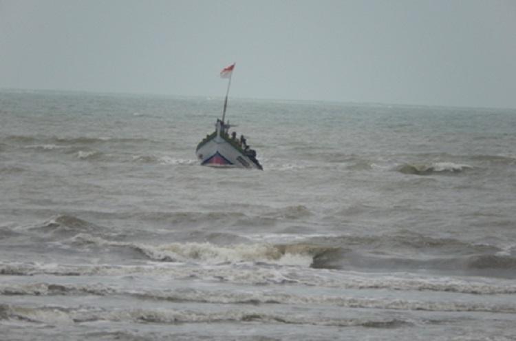 Nelayan melaut di tengah cuaca buruk (dok