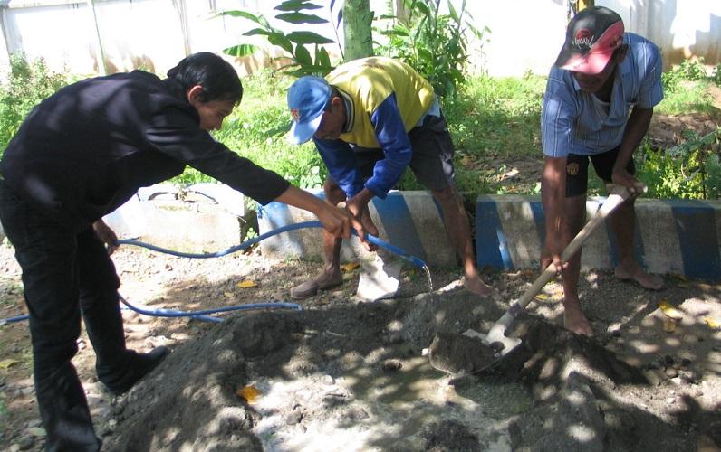 Warga melaksanakan perbaikan jalan desa (dok. banyuwangikab.go.id)