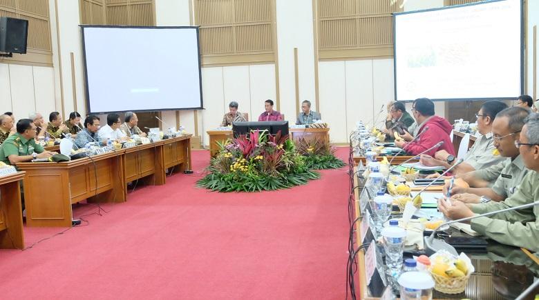 Mentan Amran Sulaiman memimpin rapat percepatan penyerapan gabah (dok. pertanian.go.id)