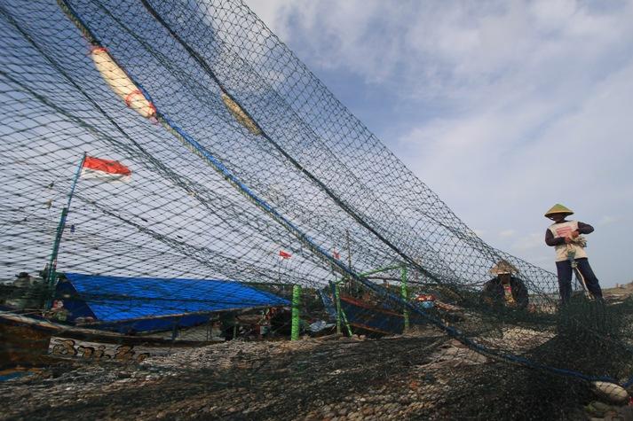 Nelayan memperbaiki jaring cantrang (dok. kkp.go.id)