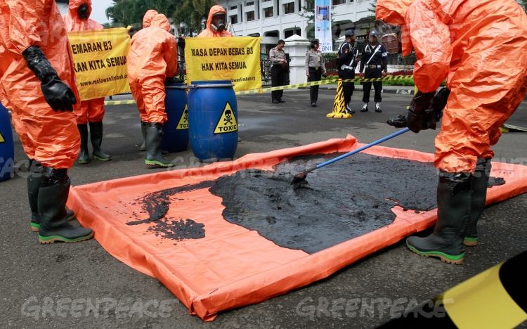 Sejumlah aktivis Koalisi Melawan Limbah menumpahkan lumpur saat aksi teatrikal mengenai Kampanye pencemaran limbah Sungai Cikijing di Gedung Sate,Bandung, Kamis (28/4). (dok. greenpeace)