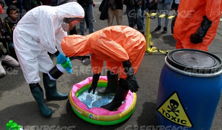 Sejumlah aktivis Koalisi Melawan Limbah melakukan aksi membersihkan pakaian mereka dengan cairan antiseptik saat aksi mengenai Kampanye pencemaran limbah Sungai Cikijing di Gedung Sate, Bandung, Jawa Barat, Kamis (28/4). (dok. greenpeace)