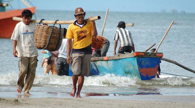 Nelayan mengangkut ikan hasil tangkapan (dok. kiara)