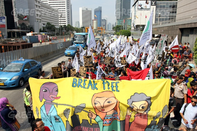 Massa bergerak menuju istana negara menyeru pemerintah hentikan kecanduan energi kotor khususnya batubara (dok.greenpeace/Jurnasyanto Sukarno