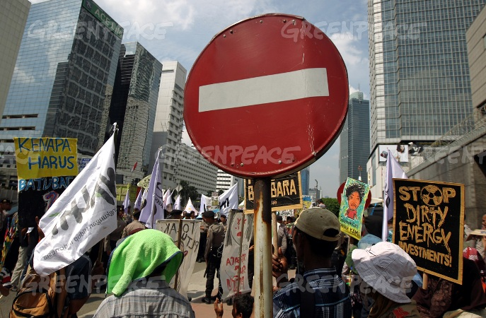Para peserta pawai membawa simbol stop penggunaan energi kotor (dok. greenpeace/Jurnasyanto Sukarno)