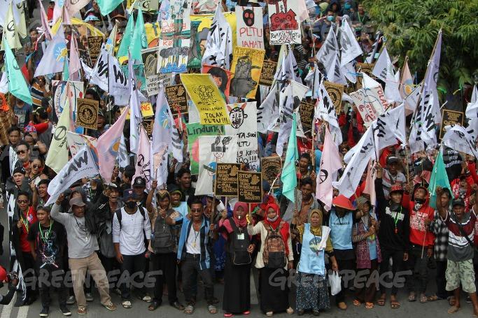 Sekitar tiga ribu massa dari berbagai kalangan melakukan aksi damai mendesak pemerintah menghentikan penggunaan energi kotor batubara dan beralih ke energi bersih (dok. greenpeace/Jurnasyanto Sukarno)