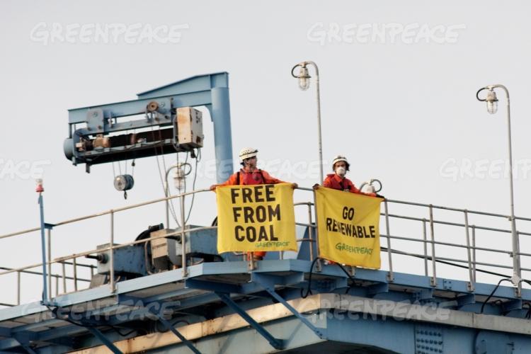 Aktivis Greenpeace Indonesia membentangkan spanduk desakan tinggalkan energi kotor batubara (dok. greenpeace)