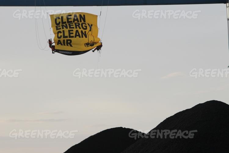 Aktivis Greenpeace Indonesia membentang spanduk desakan kepada pemerintah agar menggunakan energi bersih, demi udara bersih (dok. greenpeace)