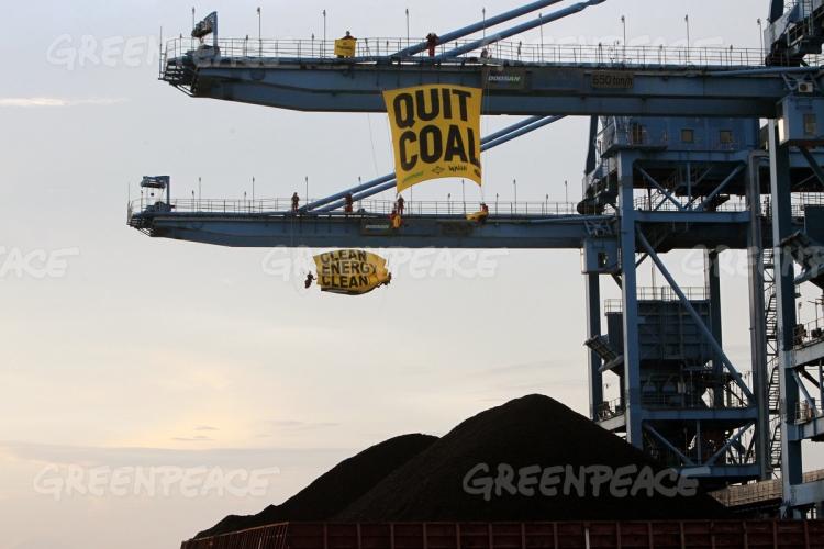 Aktivis Greenpeace Indonesia memanjat crane PLTU Cirebon dan membentangkan pesan kepada pemerintah untuk meninggalkan energi kotor batubara (dok. greenpeace)