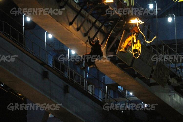Aktivis Greenpeace Indonesia menuruni tali dari atas crane pemasok batubara di PLTU Cirebon (dok. greenpeace)