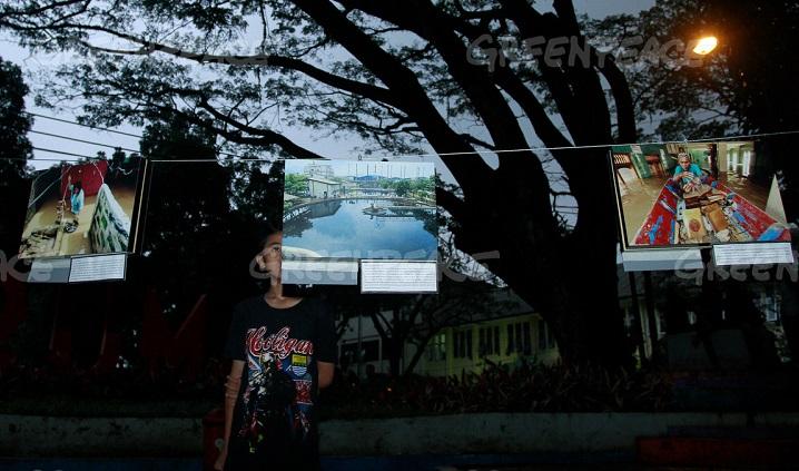 """Pengunjung melihat sejumlah foto-foto mengenai Sungai Citarum saat acara memperingati kampanye Citarum dengan tema """" Dari Citarum Untuk Kita"""". (Greenpeace Indonesia/ Rezza Estily)"""
