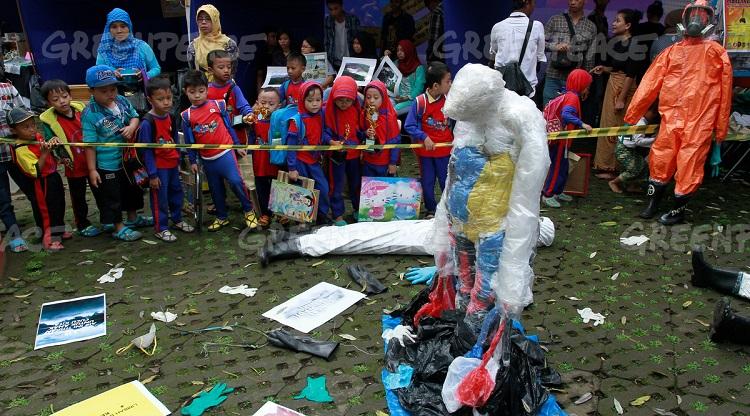Sejumlah siswa taman kanak-kanak melihat sejumlah kostum pakaian anti limbah saat acara memperingati kampanye Citarum yang diselenggarakan oleh Koalisi Melawan Limbah di Taman Sentrum, Bandung, Jawa Barat, Sabtu (21/5). (Greenpeace Indonesia/Rezza Estily)