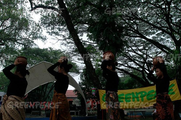 Sejumlah siswa SMU melakukakn aksi teatrikal dengan membawa kendi saat acara memperingati kampanye Citarum yang diselenggarakan oleh Koalisi Melawan Limbah di Taman Sentrum, Bandung, Jawa Barat, Sabtu (21/5). (Greenpeace Indonesia/Rezza Estily)