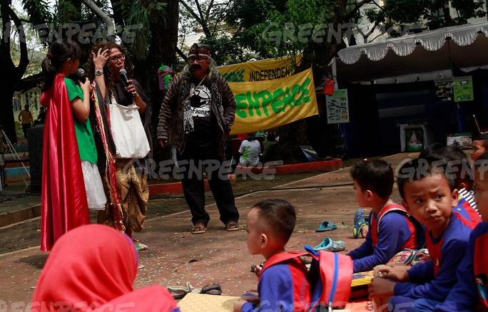 "Sejumlah siswa taman kanak-kanak mendengarkan cerita dongeng yang disampaikan oleh ""Wilson Family""  saat acara memperingati kampanye Citarum yang diselenggarakan oleh Koalisi Melawan Limbah di Taman Sentrum, Bandung, Jawa Barat, Sabtu (21/5). (Greenpeace Indonesia/Rezza Estily)"