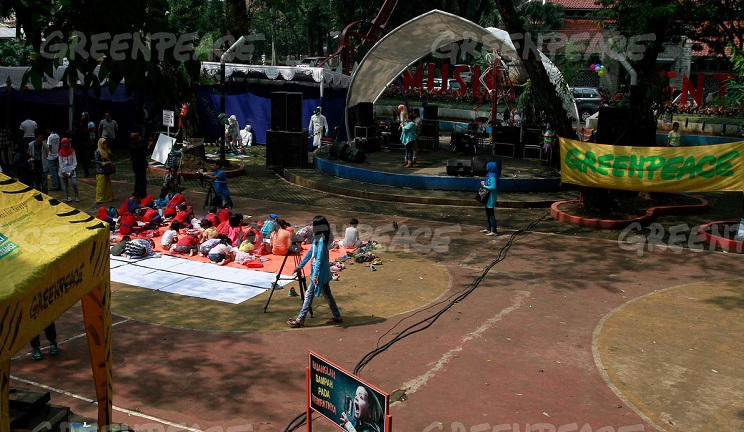 Sejumlah siswa taman kanak-kanak mengikuti lomba mewarnai saat acara memperingati kampanye Citarum yang diselenggarakan oleh Koalisi Melawan Limbah di Taman Sentrum, Bandung, Jawa Barat, Sabtu (21/5). (Greenpeace Indonesia/Rezza Estily)