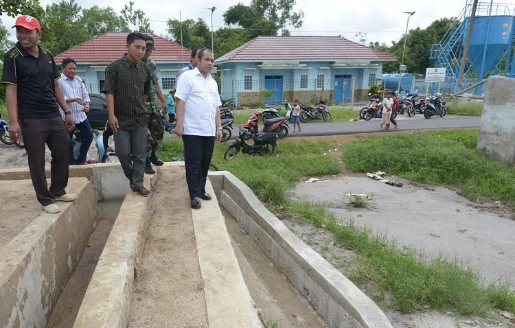 Menteri Desa PDTT Marwan Jafar meninjau pembangunan infrastruktur dengan dana desa (dok. kemsos.go.id)