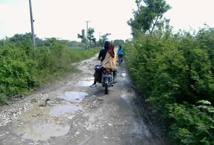 Jalan Desa Tondei yang rusak parah sebelum adanya dana desa (dok. kemendesa)