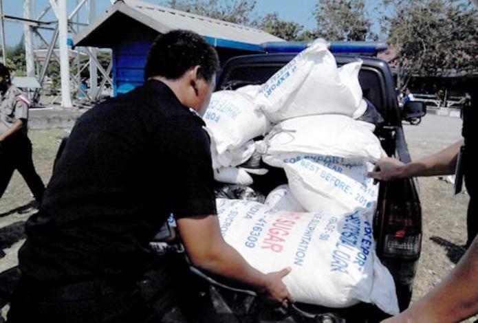 Petugas bea cukai mengamankan gula selundupan (dok. beacukai.go.id)