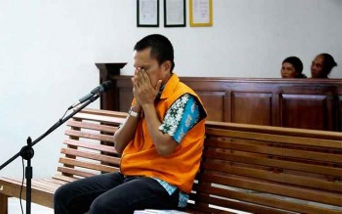 Ekspresi Gusti Gelombang saat dinyatakan bebas oleh Pengadilan Negeri Pangkalan Bun, Kalimantan Tengah (dok. pilnet.or,id)