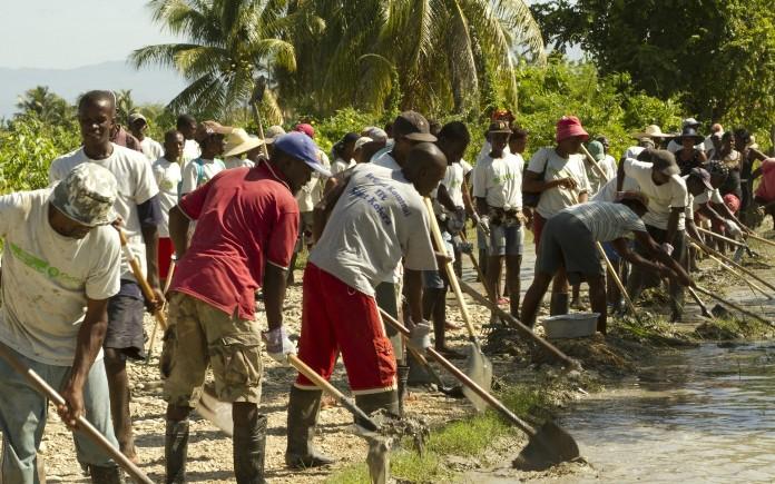 Masyarakat Haiti membangun kanal pengendali banjir dari dana bantuan adaptasi iklim (dok. oxfamamerica.org)