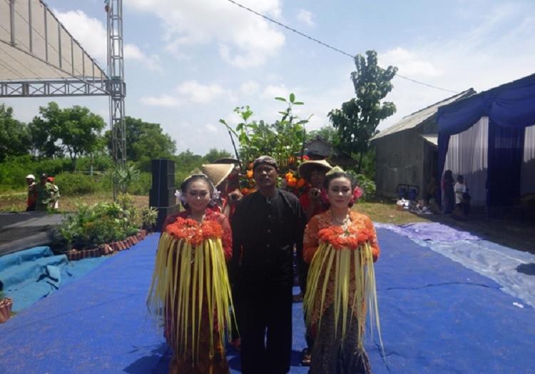 """Tokoh masyarakat Brebes, Mashadi, memulai prosesi """"merti bumi"""" dengan mengantarkan """"pengantin"""" mangrove (dok. villagerspost.com/muhammad bangkit)"""