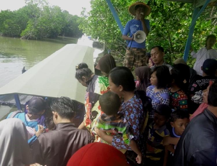 Wisatawan antre menaiki perahu untuk menuju Pulau Pasir (dok. villagerspost.com/muhammad bangkit)