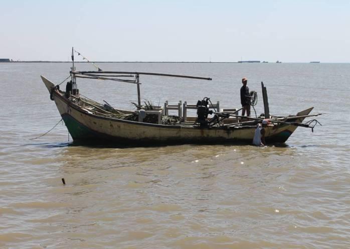 Nelayan menangkap ikan dengan alat tangkap ramah lingkungan (dok. kkp.go.id)